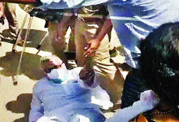 Hathras Gangrape : Police in riot gear stormed a rally on Friday, removing hundreds of protesters by truck | Hathras Gangrape : हाथरसमध्ये पोलिसांची मुजोरी सुरूच, खासदारांना धक्काबुक्की