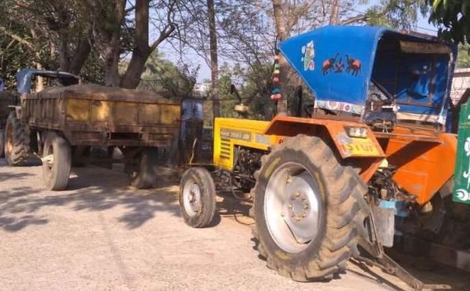Illegal transportation of sand; Three tractors seized   वाळूची अवैध वाहतूक ; तीन ट्रॅक्टर जप्त