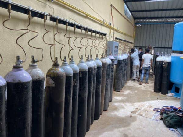 Time to supply oxygen from Doctor Hatbal, District Hospital in the city due to lack of oxygen | ऑक्सिजन संपत आल्याने नगर शहरात डॉक्टर हतबल, जिल्हा रुग्णालयातून ऑक्सिजनचा पुरवठा करण्याची वेळ