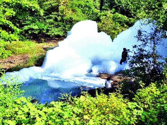 Chemical tanker shampoo turned upside down, fear among farmers   शाम्पू बनवणाऱ्या केमिकलचा टँकर उलटला, शेतकऱ्यांत भीती