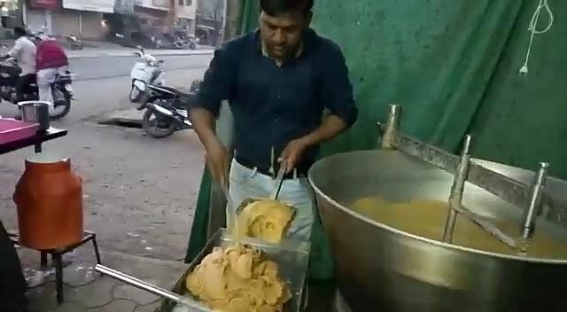 Yogesh's courage and perseverance; Modern-day conventional business, demand for Malegaon milk products in Andhra Pradesh | योगेशची जिद्द व चिकाटी; पारंपारिक व्यवसायाला आधुनिकतेची जोड, मालेगावातील दुग्धजन्य पदार्थांना आंध्रप्रदेशात मागणी
