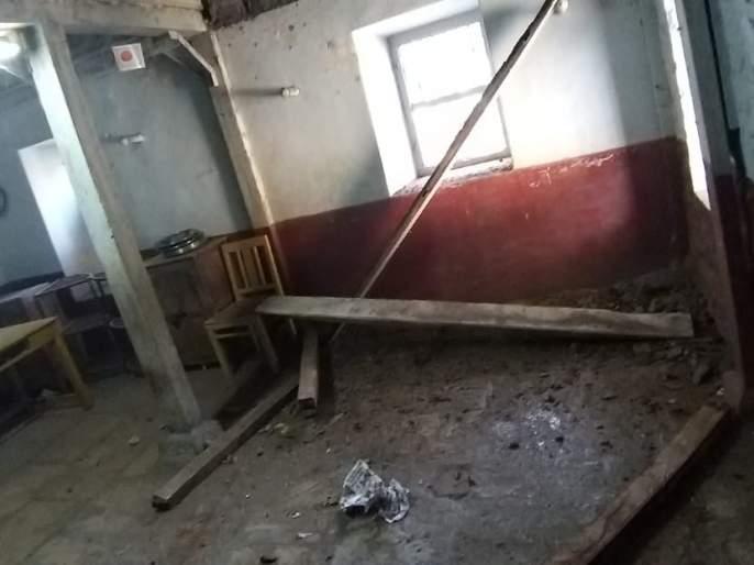 The school building collapsed; School children have played out because of prayer | शाळेची दुमजली इमारत कोसळली; प्रार्थनेमुळे शाळकरी मुले बचावली