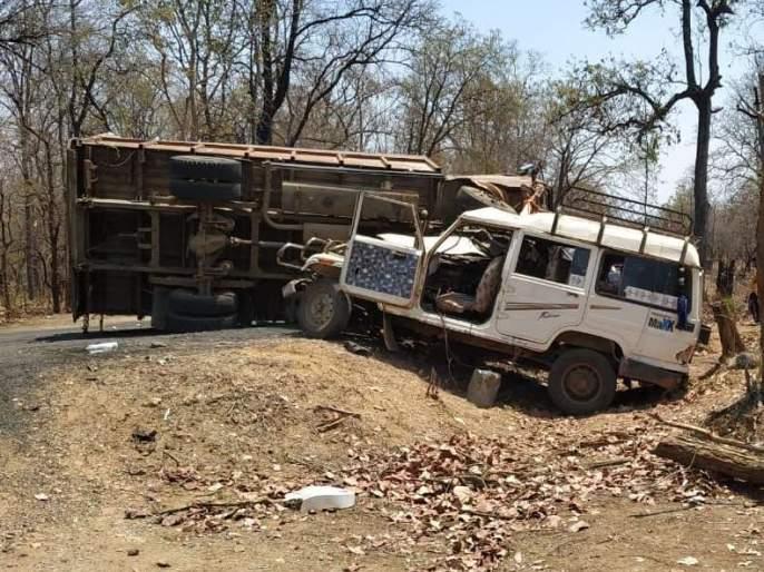 Three killed and seven injured in a horrific accident | भीषण अपघातात तीन ठार, सात जण जखमी