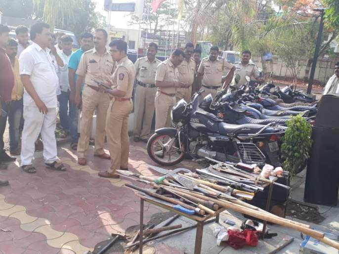 Police have robbed the businessman's robbery | पंढरीत व्यावसायिकांची लूट; तलवार, कुºहाड, भालासह अन्य साहित्य जप्त