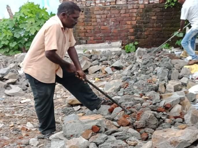 Police register a case for breaking construction on mangroves in Morwa village | मोर्वा गावातील कांदळवन तोडून बांधकाम केल्याप्रकरणी पोलिसांत गुन्हा दाखल