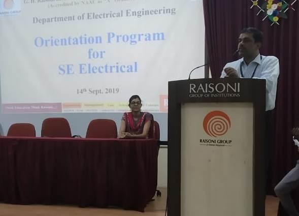 Electrical engineers have a better and brighter future in the future | विद्युत अभियंत्यांना भविष्यात उत्तम व उज्वल संधी