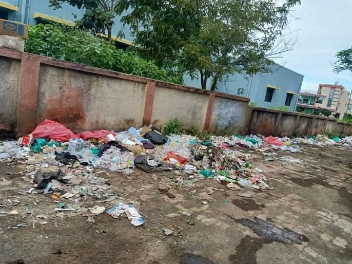 Bio-medical waste piles in Government Hospital area | सरकारी रुग्णालय परिसरातच जैव वैद्यकिय कचऱ्याचे ढिग