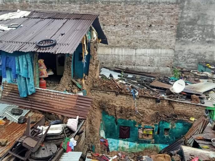 The wall of the building in Mehkar city collapsed on a neighboring house; three died in the same family. | मेहकर शहरात इमारतीची भिंत शेजारच्या घरावर कोसळली; एकाच कुटुंबातील तिघांचा मृत्यू.