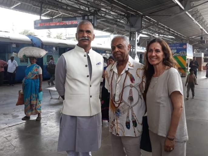 Brazil's king of pop n politics Gilberto Gill is on tour of Ajnatha-Ellora | 'द किंग ऑफ पॉप'; ब्राझिलियन पॉपस्टार गिलबर्टो गिलअजिंठा-वेरूळच्या पर्यटनावर