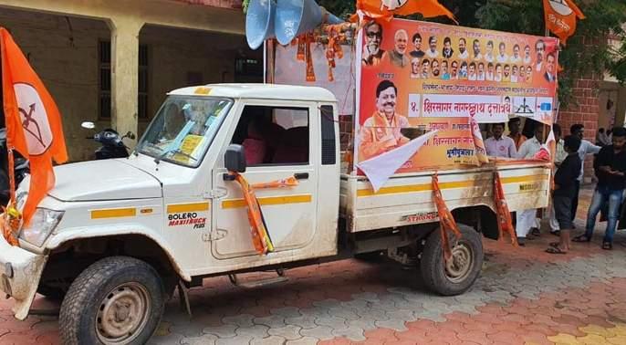Demolition drive of Shiv Sena candidate in Unagar   अनगरमध्ये शिवसेनेच्या उमेदवाराच्या प्रचार गाडीची तोडफोड