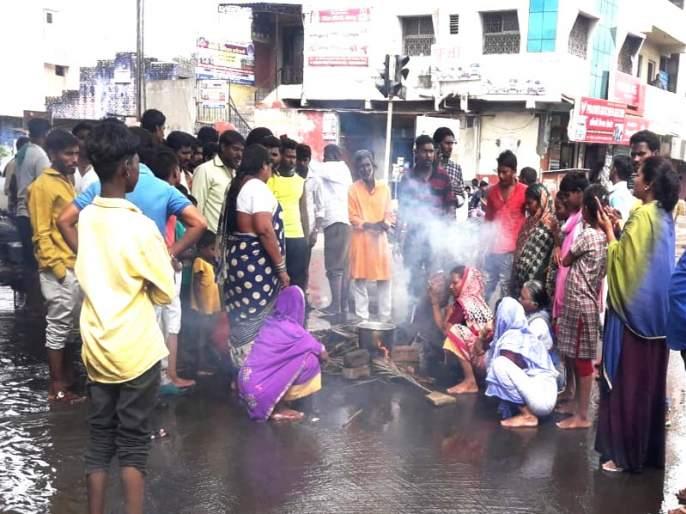 Tea cooked in dirty water, boycotted on the ballot | ...म्हणून 'या' महिलांनी बनवला घाण पाण्याचा चहा; मतदानावर टाकला बहिष्कार