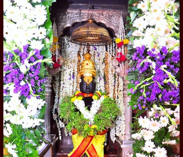 Vasubaras today; The garb of the Vitthal Temple in Pandharpur is decorated with flowers | आज वसुबारस; पंढरपुरातील विठ्ठल मंदीरातील गाभारा फुलांनी सजला