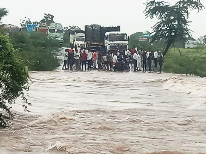 The bridge over the Ghumera bridge collapsed; Mhaswad-Pandharpur traffic closed | घुमेरा ओढ्यावरील पूल खचला; म्हसवड-पंढरपूर मार्गावरील वाहतूक बंद