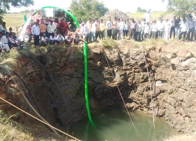 Death of father-son drowned in water; Incident in Malwadi village in Karmala taluka   पाण्यात बुडून बाप-लेकाचा मृत्यू;करमाळा तालुक्यातील मलवडी गावातील घटना