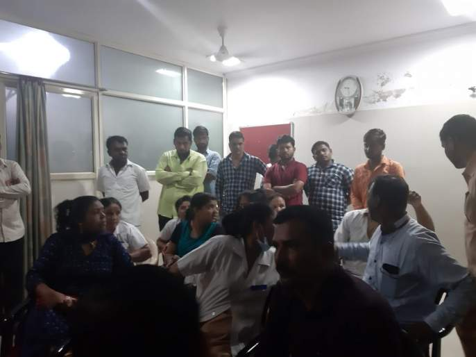 Brother beat up by relatives;strike in Beed civil hospital | रुग्णाच्या नातेवाईकांकडून ब्रदरला मारहाण;बीड जिल्हा रुग्णालयात कर्मचाऱ्यांचे काम बंद आंदोलन