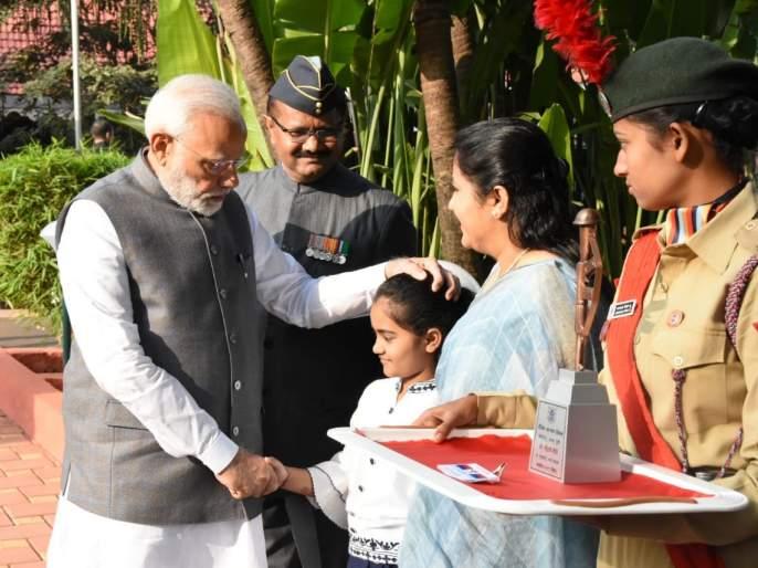 Pandharpur's heroine gets the honor of flagging a soldier's flag to Prime Minister Narendra Modi | पंतप्रधान नरेंद्र मोदींना सैनिक फ्लॅग लावण्याचा पंढरपूरच्या वीरकन्येला मिळाला मान