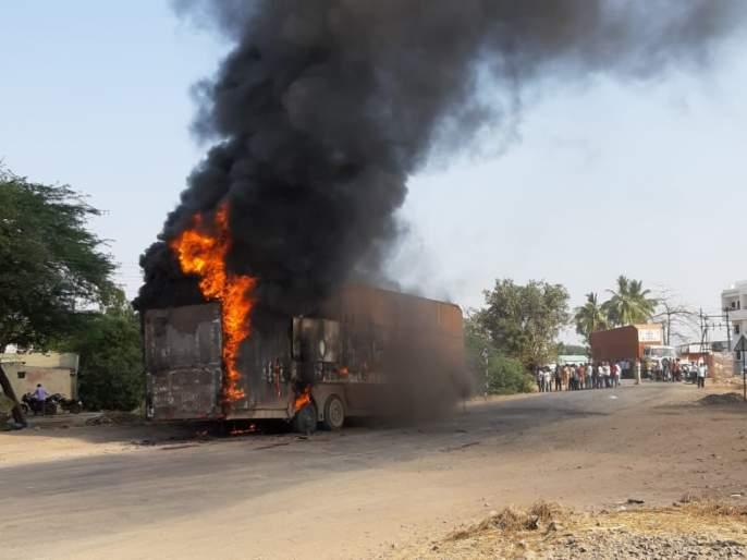 A container carrying a traveler and a suitcase bag caught fire   ट्रॅव्हलर अन् सुटकेस बॅगा घेऊन जाणाºया कंटनेरला लागली आग