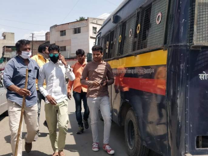 Offer of police to the vehicle holders without any reason in Solapur | coronavirus; सोलापुरात विनाकारण फिरणाºया वाहनधारकांना पोलीसांचा प्रसाद