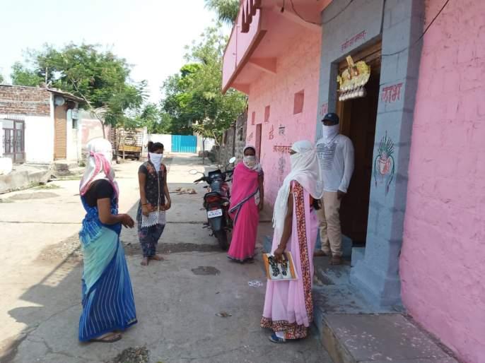 Corona In Latur: without mask and sanitizer; Surveillance staff are work without any protection in Latur district | Corona In Latur : ना मास्क ना सॅनिटायझर ; लातूर जिल्ह्यात सर्वेक्षणाचे काम करणाऱ्या कर्मचाऱ्यांची सुरक्षा वाऱ्यावर