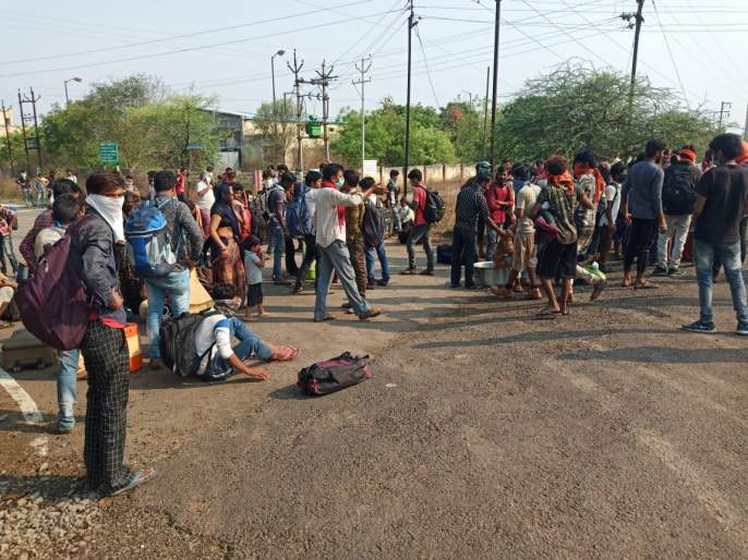 Corona Virus: 'Let us go home'; Hundreds of Rajasthani laborers suddenly came out on the streets to create confusion   Corona Virus : 'आम्हाला घरी जाऊ द्या'; शेकडो राजस्थानी मजुर अचानक रस्त्यावर आल्याने उडाला गोंधळ