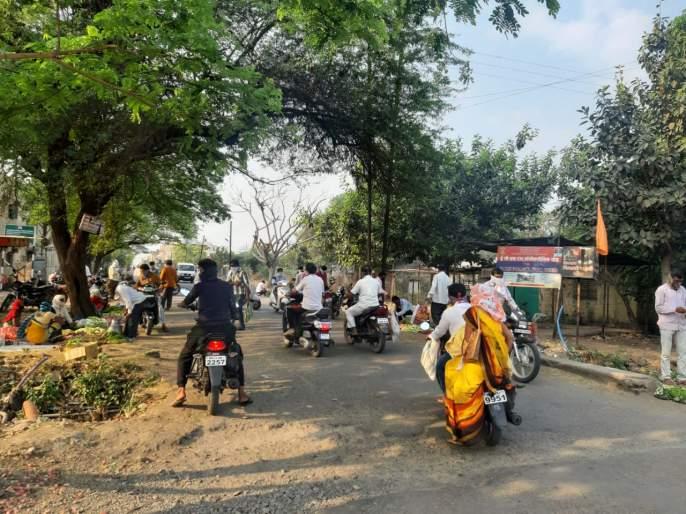CoronaVirus: Vehicle ban Fars in Beed; Police orders on paper | CoronaVirus : बीडमध्ये वाहनबंदीचा फार्स; पोलिसांचे आदेश कागदावरच