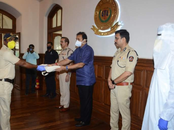 Coronavirus 10000 security kits distributed to Mumbai police SSS | Coronavirus : मुंबई पोलिसांना १० हजार सुरक्षा किटचे वाटप