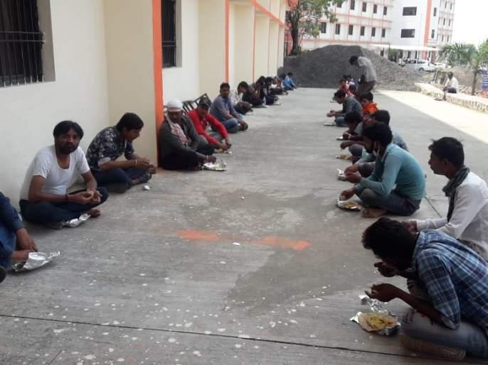 CoronaVirus: Balapur village helps other states laborers; the villagers feeds 100 people a day | CoronaVirus : परप्रातीय मजूरांसाठी बाळापूर गाव सरसावले; ग्रामस्थांकडून रोज १०० जणांना जेवण