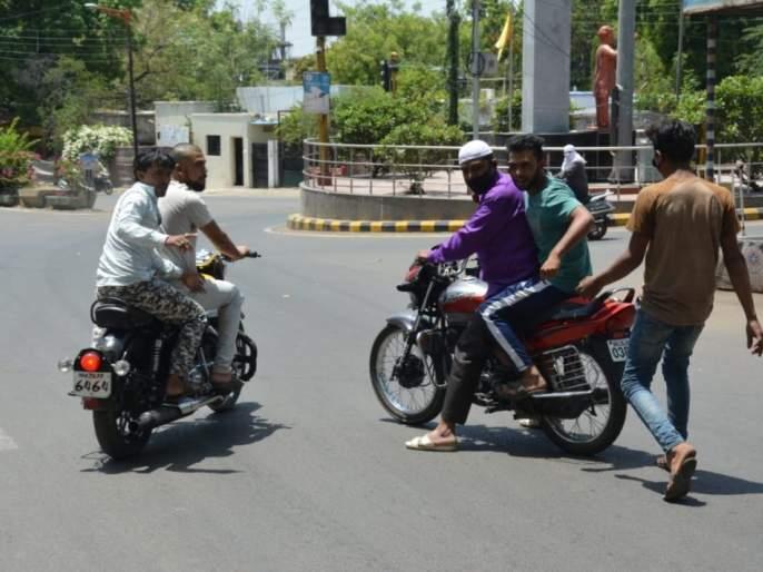 CoronaVirus: Police beat up by youth during investigation in Aurangabad   CoronaVirus : औरंगाबादमध्ये 'खाकी'वर हात; काठी हिसकावून पोलिसांवर हल्ला करणारे टवाळखोर पसार
