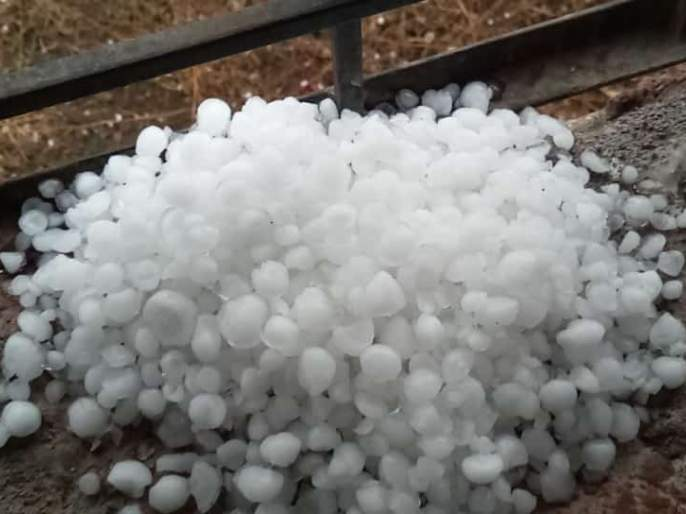 Hail with strong winds in Madha, Sangola, Karmala and Barshi areas   माढा, सांगोला, करमाळा,बार्शी परिसरात वादळी वाºयासह गारांचा पाऊस