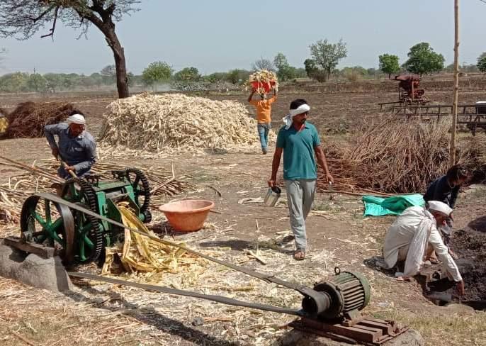 Raswanti shut down due to 'lockdown'; Jaggery production from sugarcane! | 'लॉकडाऊन'मुळे रसवंती बंद; शेतकऱ्याने केली ऊसापासून गुळ निर्मिती!