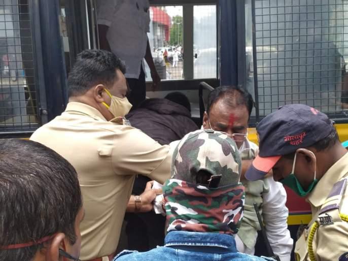 Shiv Sena leader arrested in Solapur for arguing with police | Video:...अन् शिवसेना नेत्याची कॉलर धरून पोलिसांनी खेचत व्हॅनमध्ये नेले!