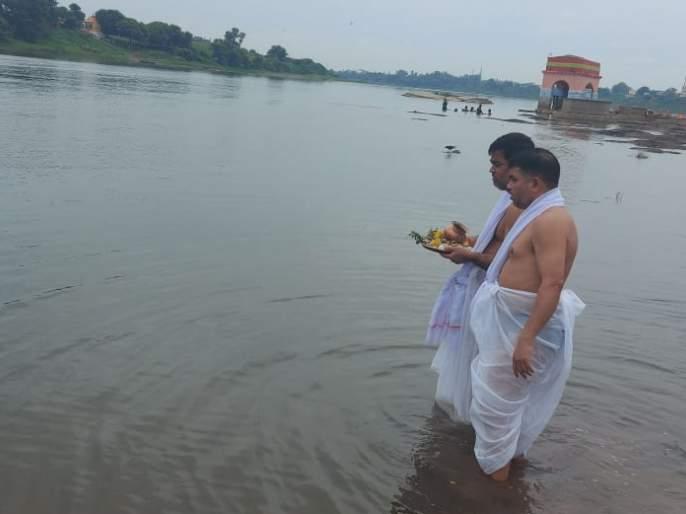 Goa's Deputy Chief Minister immersed his father in Chandrabhaga in Pandharpur | गोव्याच्या उपमुख्यमंत्र्यांनी केले वडिलांचे चंद्रभागेत अस्थी विसर्जन