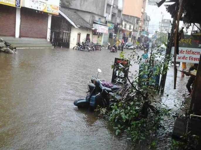Rainwater seeped into the house, seven people were taken out | घरात घुसले पावसाचे पाणी, सात जणांना काढले बाहेर