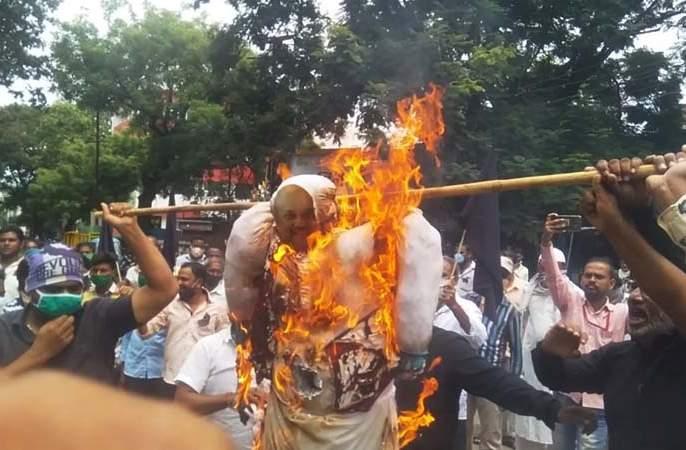 Cremation of a symbolic statue of Amit Shah at Solapur; The Marxist Communist Party is aggressive | अमित शहांच्या प्रतिकात्मक पुतळ्याचे सोलापुरात दहन; मार्क्सवादी कम्युनिस्ट पक्ष आक्रमक