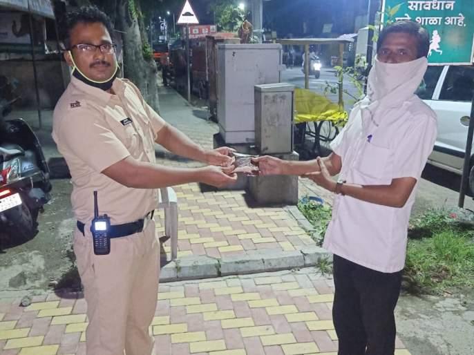 Honesty in khaki! The forgotten wallet in the ATM was returned by the police   खाकीतील प्रामाणिकपणा ! एटीएममध्ये विसरलेले पाकीट पोलिसांनी केले परत