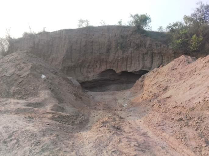 Theft of sand by carving hills by JCB in Kadholi area of Erandol taluka | एरंडोल तालुक्यातील कढोली परिसरात जेसीबीद्वारे टेकड्या कोरून वाळूची चोरी