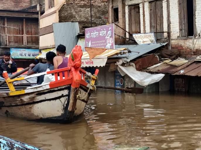 Flood waters on the orbit of Vitthal; Citizens have to travel by boat | विठ्ठलाच्या प्रदक्षिणा मार्गावर पुराचे पाणी; नागरिकांना करावा लागतोय होडीने प्रवास