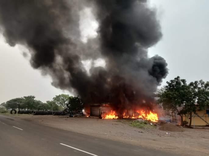 A fire broke out at a tire shop in Kamati; Loss of one crore rupees   Breaking; कामती येथील टायर दुकानाला लागली आग; एक कोटी रुपयाचे नुकसान