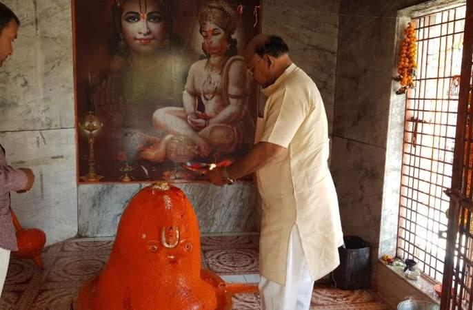 In Wardha, temples were opened, devotees took darshan in discipline | वर्ध्यात देवालये झाली खुली, भाविकांनी घेतले शिस्तीत दर्शन