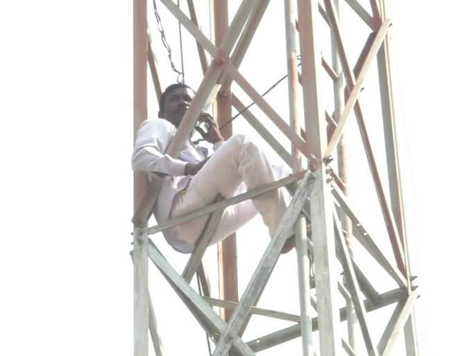Farmers' hunger strike by climbing the tower; Administration rush to Pandharpur provincial office | टॉवरवर चढून शेतकऱ्याचे उपोषण;पंढरपूर प्रांत कार्यालयातील प्रशासनाची धावपळ