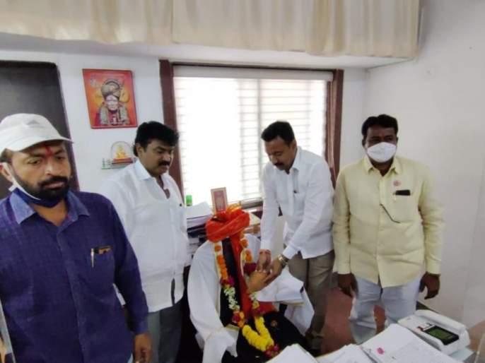 Shiv Sena felicitates officers' chair in Gandhigiri style; Because you will be surprised to know   गांधीगिरी पद्धतीने अधिकाऱ्यांच्या खुर्चीचा शिवसेनेकडून सत्कार; कारण जाणून घ्या आश्चर्य व्हाल
