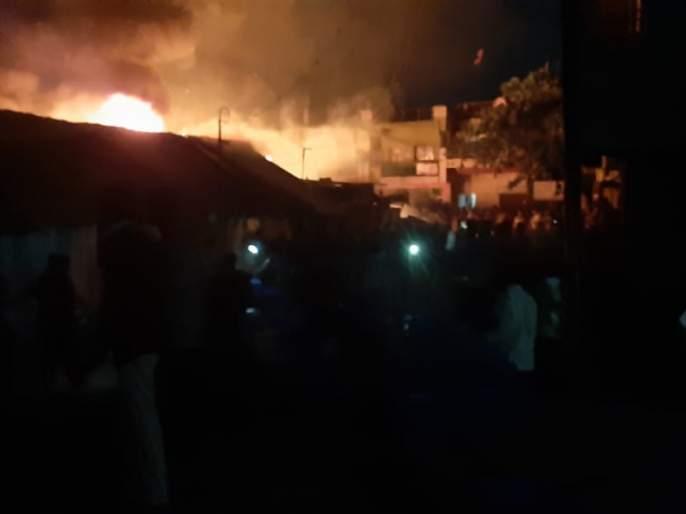 Fire at weekly market in Khamgaon; 11 shops burnt down | खामगाव येथील आठवडी बाजारात आग; १२ दुकाने जळून खाक