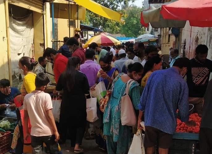 A crowd erupts at the Corona hotspot in Bhayander | भाईंदरमधील कोरोना हॉटस्पॉटमध्ये गर्दीच गर्दी, पोलिसांनी केली कारवाई
