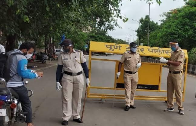 Stop now! Crowds of Pune citizens on the streets despite 'weekend lockdown' in the city; Commissioner with Pune Police said ...   आता बास! पुण्यात 'विकेंड लॉकडाऊन' असताना नागरिकांची रस्त्यावर गर्दी , पुणे पोलीस सह आयुक्त म्हणाले...