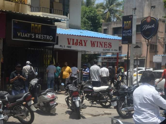 Saw open shutters of liquor shops, then a crowd in pimpri | मद्य दुकानांची दिसली शटर उघडी, मग काय जमली ना भाऊ एकच गर्दी