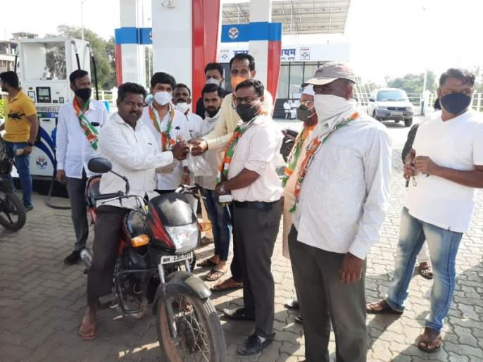 """Betrayal with everyone ...""; Congress' lollipop agitation in Indapur to protest against fuel price hike | ""सबके साथ, विश्वासघात.."" ; इंधन दरवाढीच्या निषेधार्थ काँग्रेसचे 'लॉलीपॉप' आंदोलन"