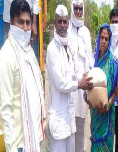 Indorekar Maharaj rushed to the aid..the poor families were distributed | इंदोरीकर महाराज धावले मदतीला..गरीब कुटुंबांना केले धान्यवाटप