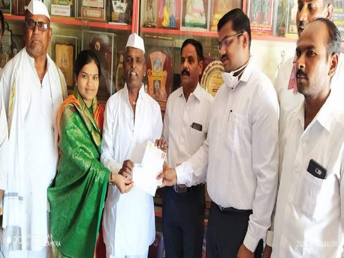 One lakh assistance for the Sangamner Assistance Fund of Indorekar Maharaj   इंदोरीकर महाराजांचं समाजभान; कोरोनाविरुद्धच्या लढाईसाठी 'लाखमोलाचं' दान