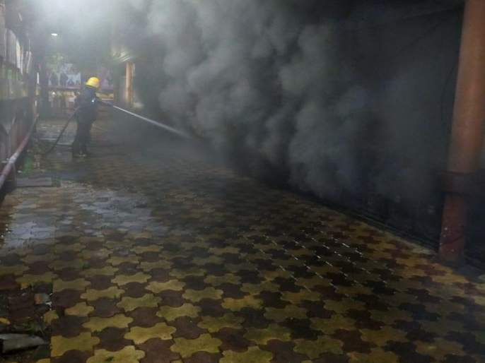 Massive fire at Indraprastha shopping center in Mumbai, 14 vehicles at the scene | मुंबईतल्या इंद्रप्रस्थ शॉपिंग सेंटरमध्ये भीषण आग, १४ गाड्या घटनास्थळी