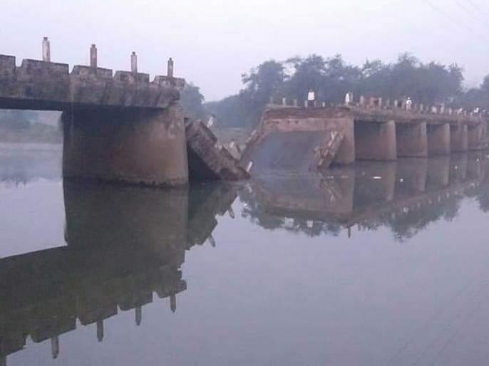 Indrayani river Bridge collapses in Pune; The big accident was avoided | पुण्यात इंद्रायणी नदीवरील पूल कोसळला; मोठी दुर्घटना टळली